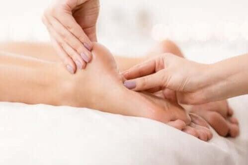 Ardência nos pés: dicas e remédios para tratá-la