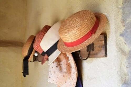 Maneiras de fazer um cabideiro para seus chapéus