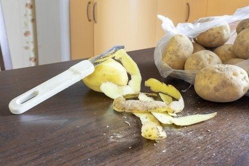 Como preparar produto de limpeza ecológico com cascas de batata