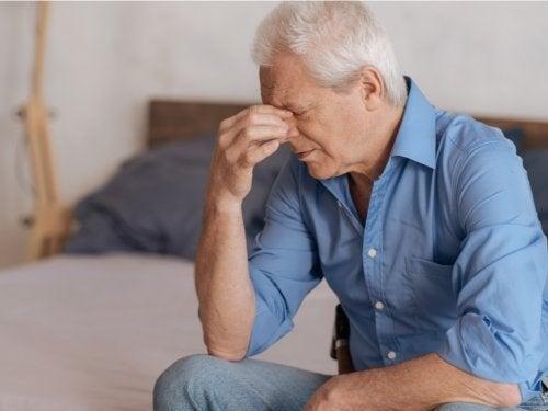 Homem triste pela perda de sua companheira