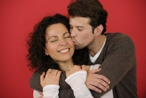 Casal mantendo contato físico