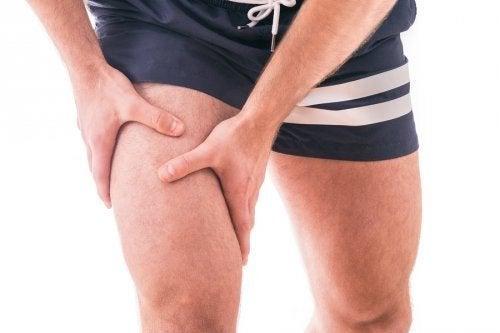Pessoa com dor no joelho