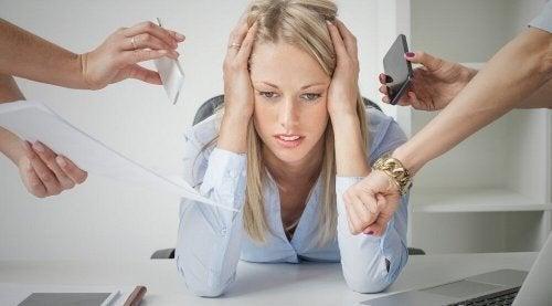 Mulher com estresse no trabalho