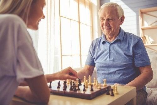 Idoso jogando xadrez