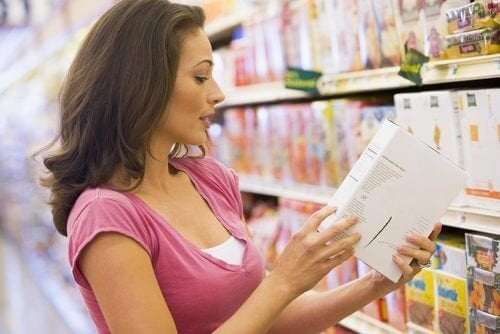 Mulher, leitura, a, etiqueta, de, um, produto, em, a, supermercado