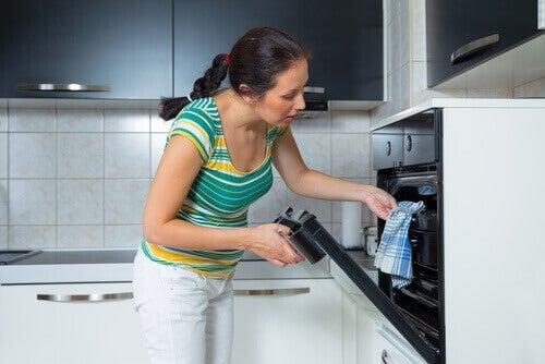 Mulher preparando lombo de porco ao forno