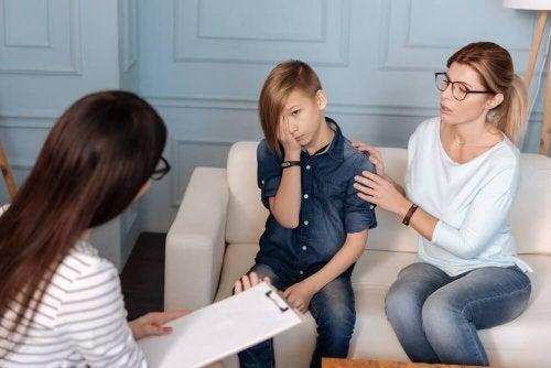Mãe com filho no psicólogo