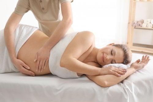 Massagens para aliviar as contrações do parto