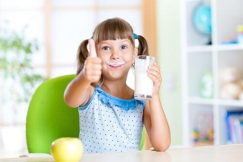 Menina tomando leite desnatado