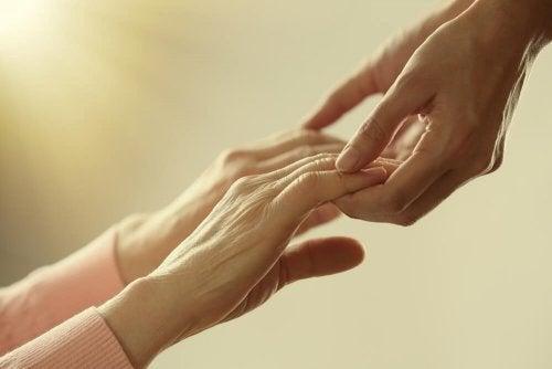 Segurando mãos de companheiro