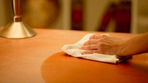 Renove seus móveis antigos de qualquer material com tinta spray.