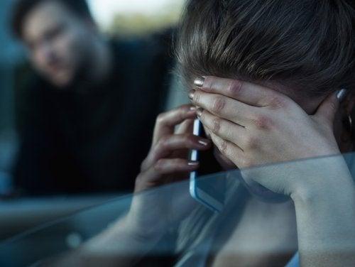 Mulher denunciando um parceiro abusivo