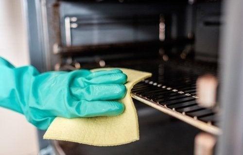 Pessoa limpando o forno