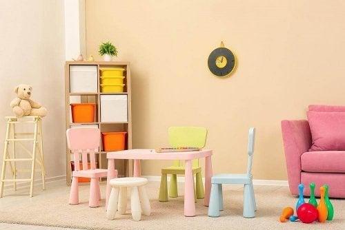 Quarto infantil com poucos móveis
