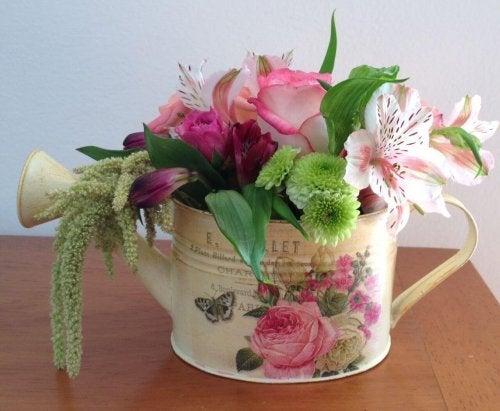 Regador com flores