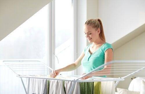 Mulher estendendo roupa de lã