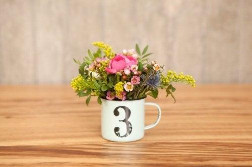 Xícara com flores