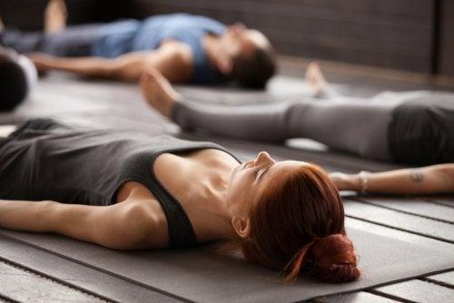 Pessoas em uma das posturas básicas de yoga