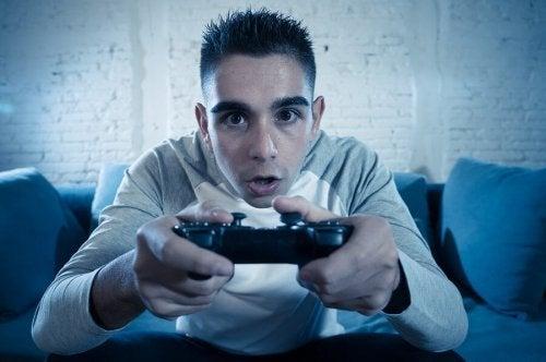 Adolecente jogando videogame