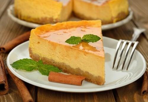 Porçao de cheesecake de piña colada