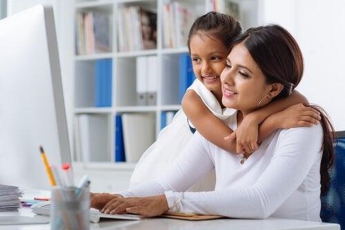 Mãe compartilhando o trabalho com a filha