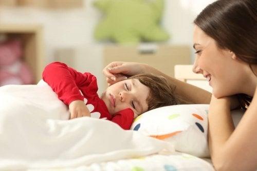Mãe controlando a febre do seu filho