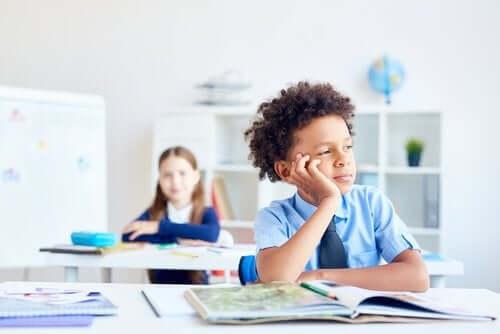 Criança distraída na aula: o que fazer?