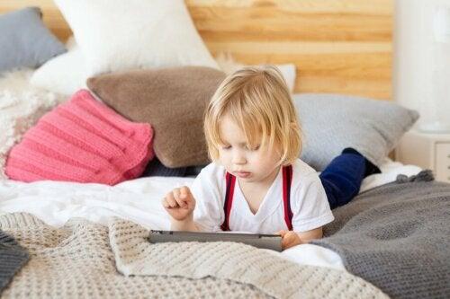 Criança distraída na aula: causas