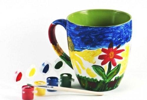Decorar xícaras artesanalmente