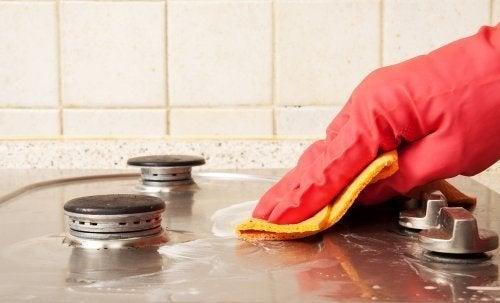 Pessoa limpando a cozinha