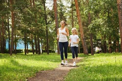 Mãe e filha andando