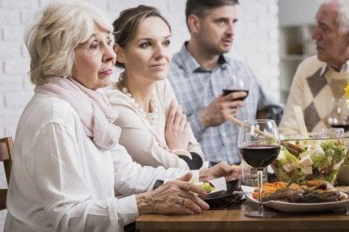 Familia falando de finanças na mesa
