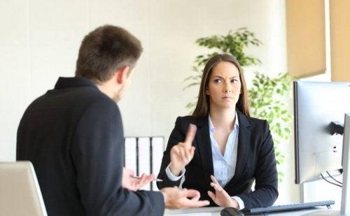 Homem discutindo no trabalho