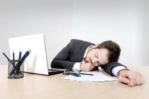 Homem dormindo no trabalho