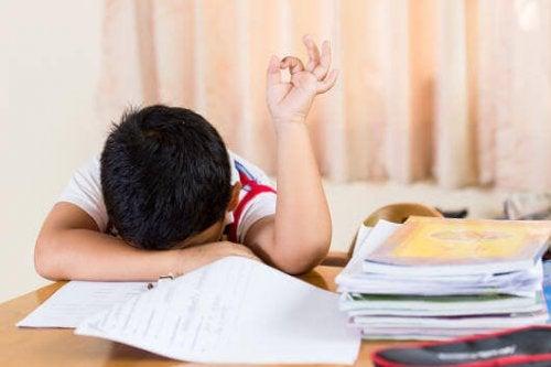 Criança cansada e fatigada em aula