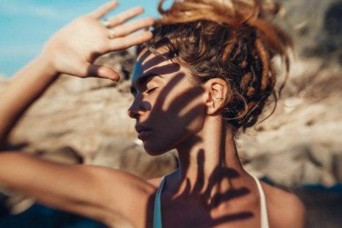 Mulher se protegendo do sol