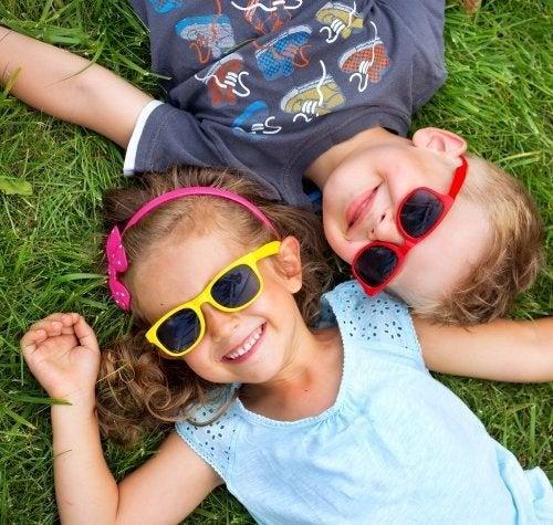 Conselhos sobre o uso de óculos de sol para crianças