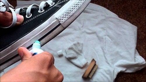 Pasta de dente para limpar sapatos