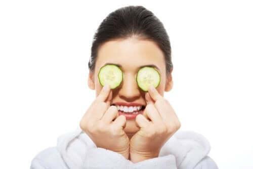 Como aliviar os olhos irritados com 5 soluções caseiras