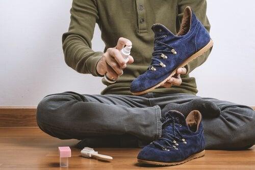 Pessoa limpando sapatos