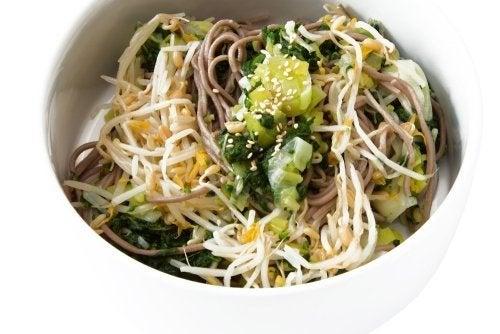Receita vegana deliciosa: salada de macarrão soba e tempeh