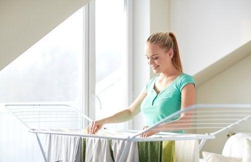 Para tirar o odor de umidade das roupas, seque ao sol