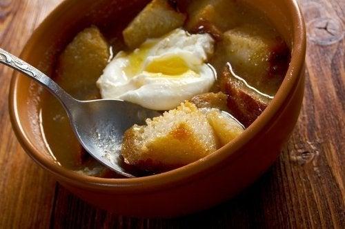 Sopa de alho com ovo escalfado