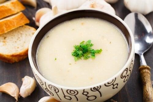 Receitas fáceis de sopa de alho vegana