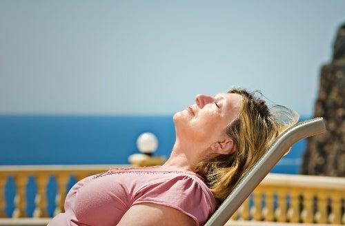Mulher tomando sol sem protetor solar