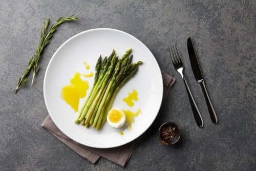 2 maneiras diferentes de preparar aspargos
