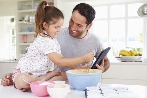 Pai com filha fazendo receitas sem lactose