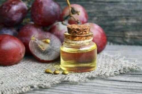 Aprenda a preparar um creme antirrugas noturno com óleo de uva