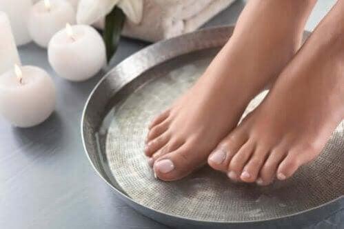 4 maneiras de preparar banhos para amaciar os pés