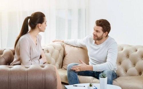 Casal dialogando para resolver os problemas